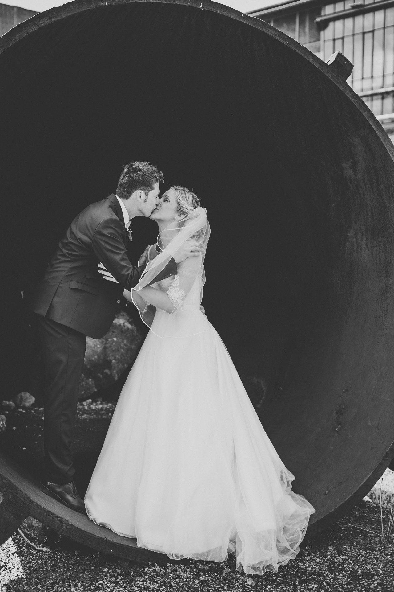 Brautpaarshooting vor historischer Industriekulisse auf dem Gelände der Henrichshütte in Hattingen