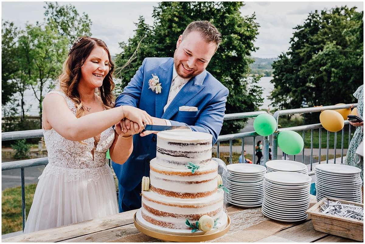 Hochzeitsfotograf Bochum Sommerhochzeit Corona draussen freie Trauung Kemnader See Seeblick Bochum Hochzeitstorte