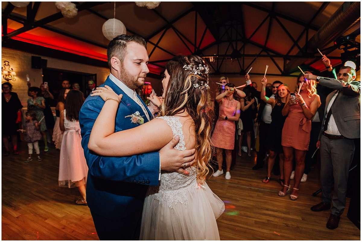 Hochzeitsfotograf Bochum Sommerhochzeit Corona draussen freie Trauung Kemnader See Seeblick Bochum Hochzeitsfeier Hochzeitstanz