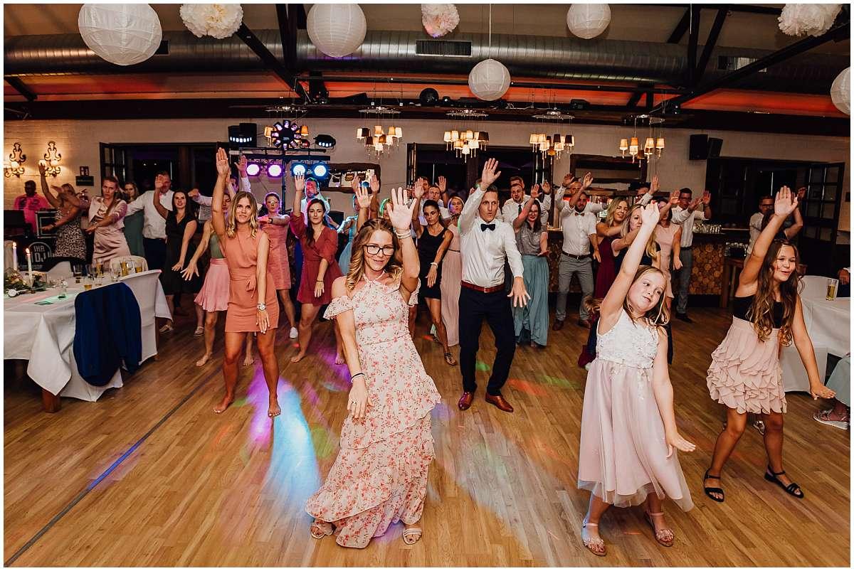 Hochzeitsfotograf Bochum Sommerhochzeit Corona draussen freie Trauung Kemnader See Seeblick Bochum Hochzeitsfeier Hochzeitsparty Flashmob