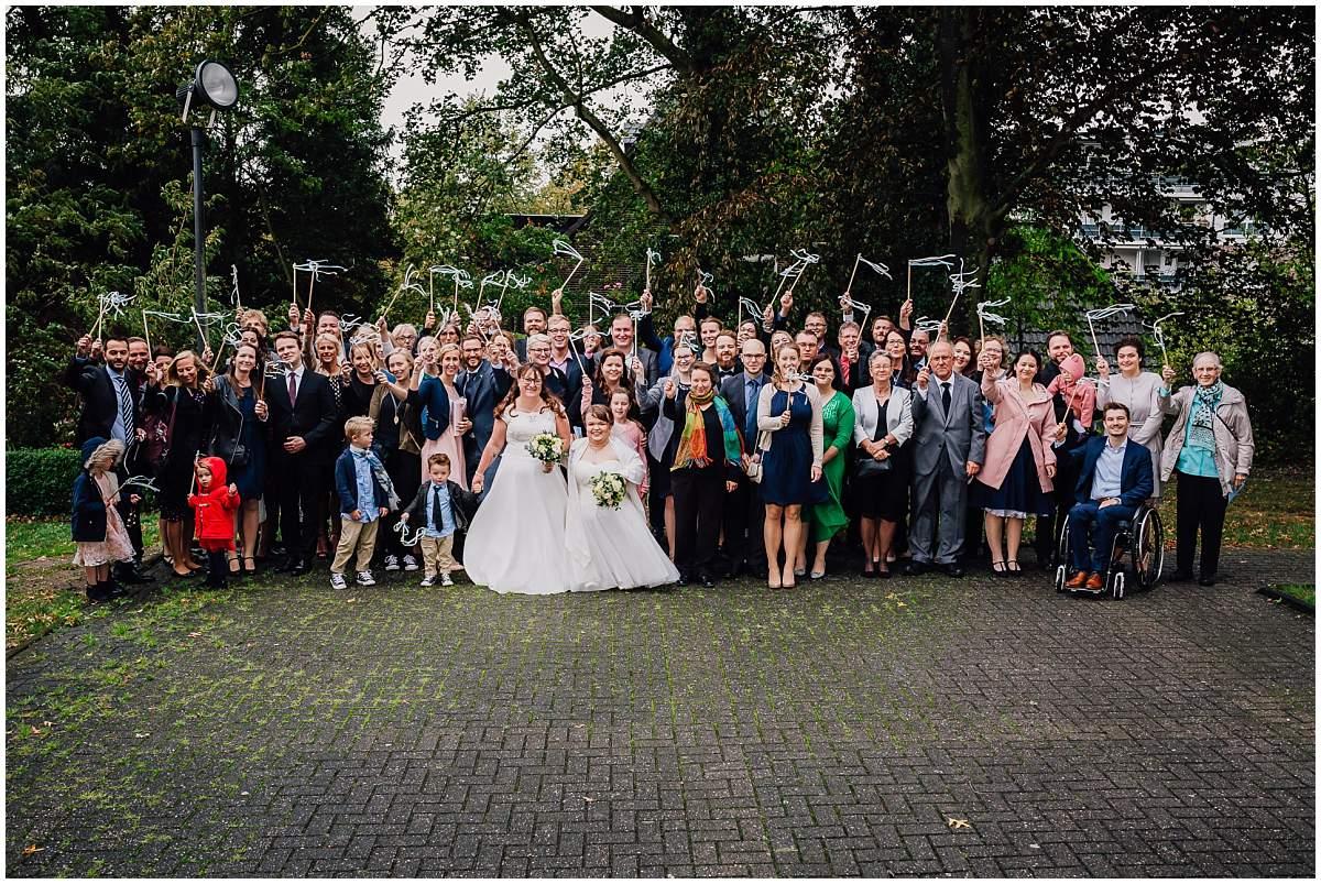 Hochzeitsfotograf Dinslaken Lesbische Hochzeit Frauenhochzeit gleichgeschlechtliche Ehe Dorfkirche Hiesfeld Dinslaken Kirche Gruppenfotos