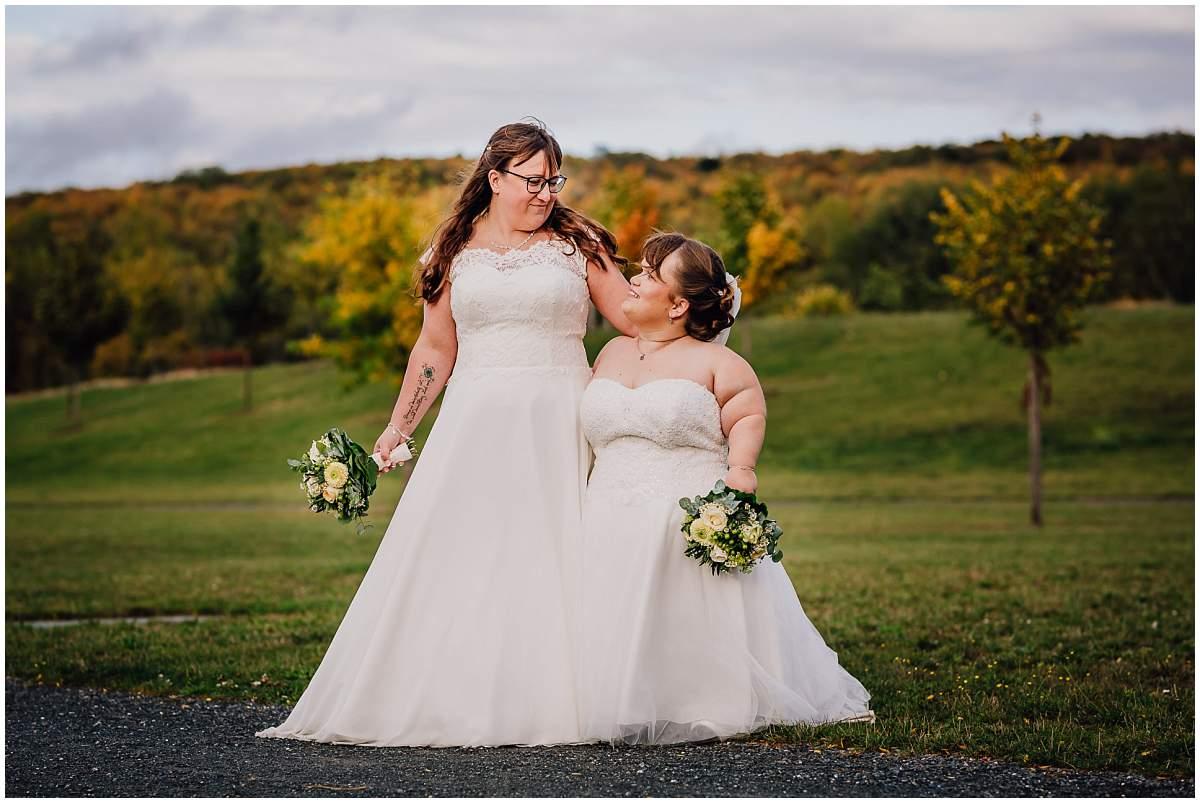 Hochzeitsfotograf Dinslaken Lesbische Hochzeit Frauenhochzeit gleichgeschlechtliche Ehe Brautpaarfotos zwei Bräute Bergpark Lohberg Dinslaken