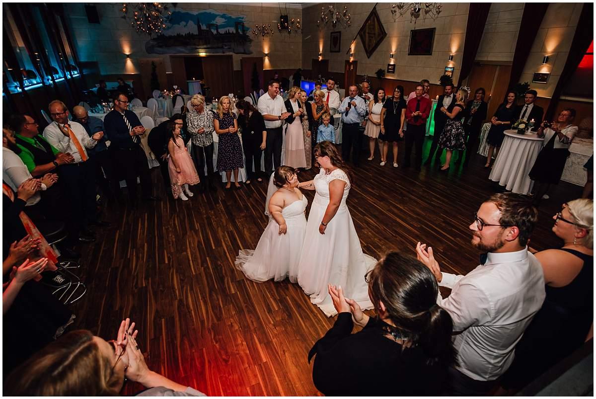 Hochzeitsfotograf Dinslaken Lesbische Hochzeit Frauenhochzeit gleichgeschlechtliche Ehe Hochzeitsfeier Opgen-Rheins Zum Johanniter Duisburg Hochzeitstanz