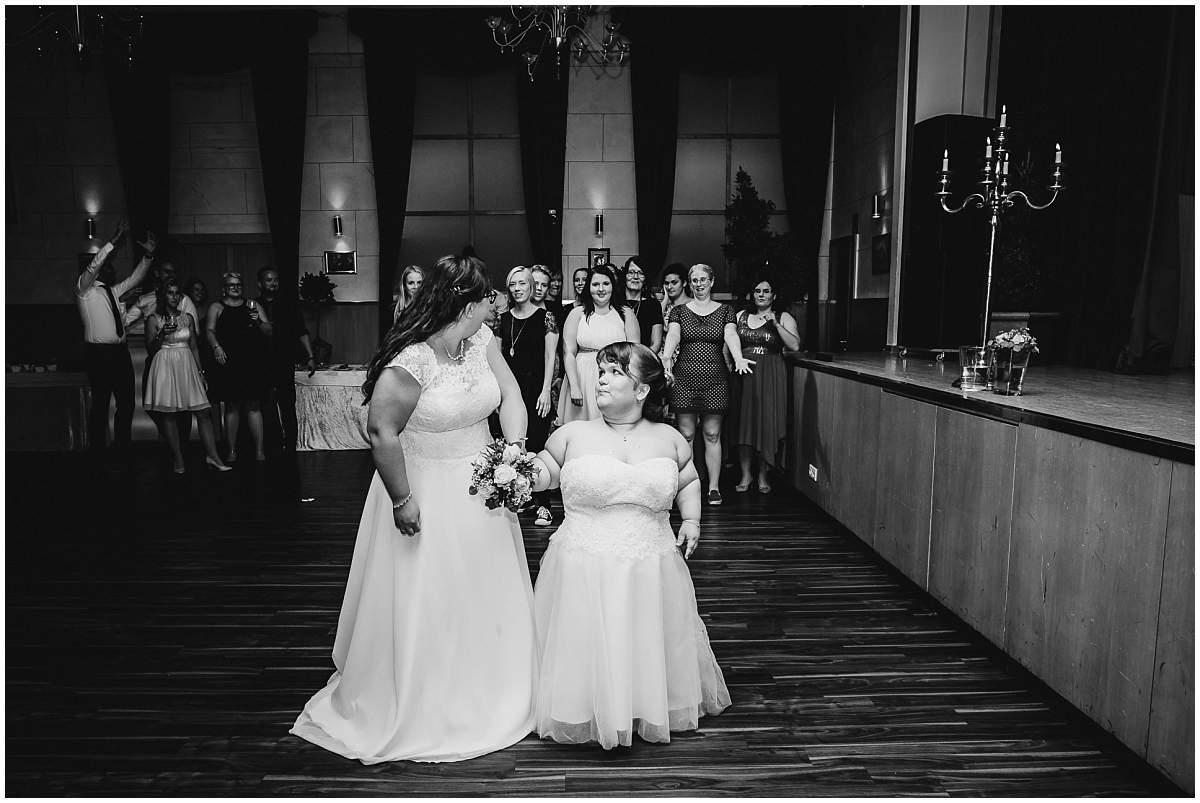 Hochzeitsfotograf Dinslaken Lesbische Hochzeit Frauenhochzeit gleichgeschlechtliche Ehe Hochzeitsfeier Opgen-Rheins Zum Johanniter Duisburg Brautstrausswurf