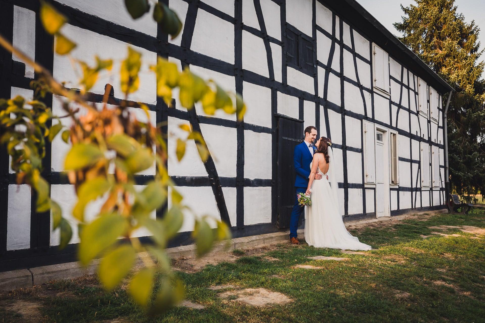 Hochzeitsfotos Brautpaar Fachwerkhaus