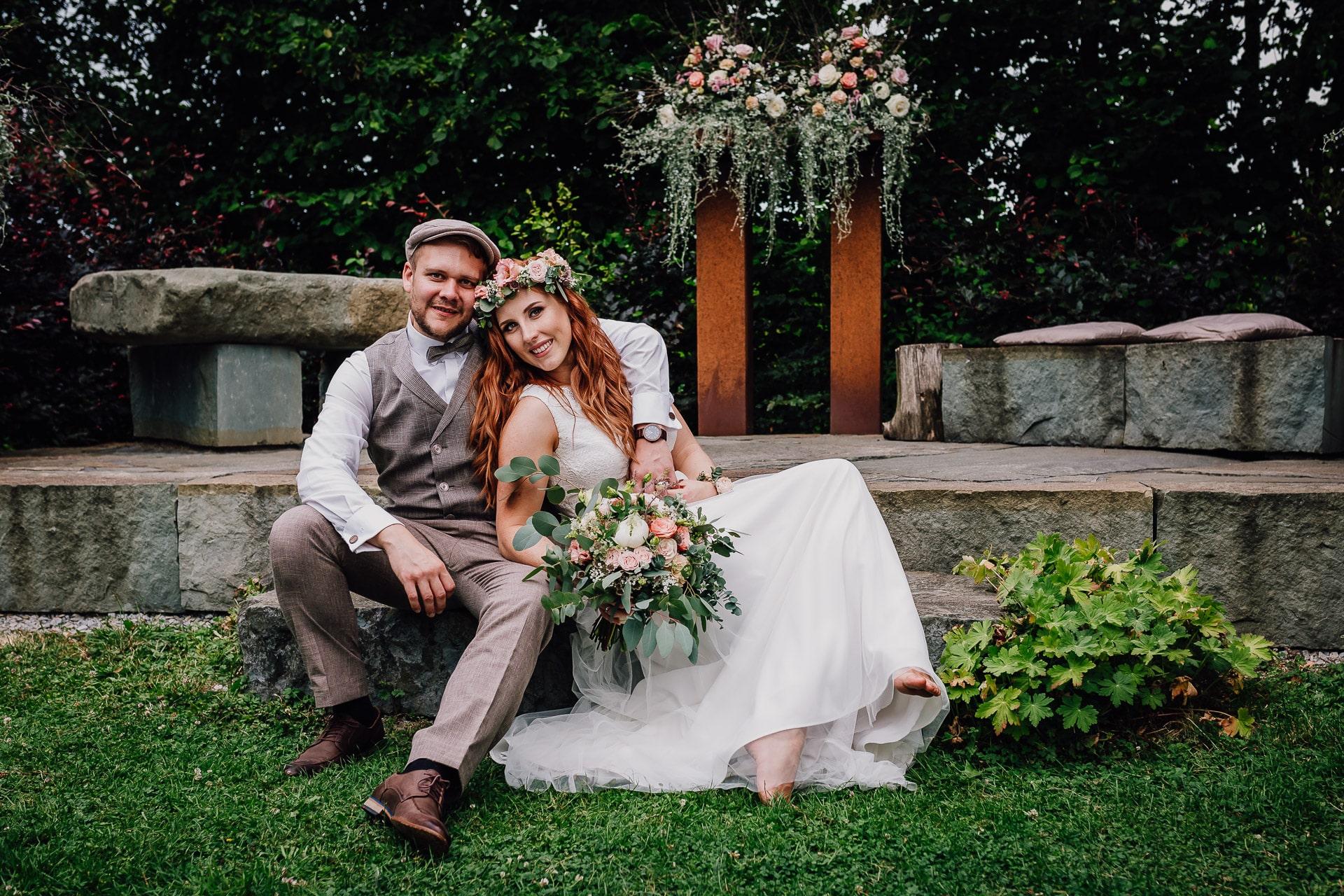 Hochzeitsfotos Brautpaar Boho Vintage Blumenkranz Brautstrauß