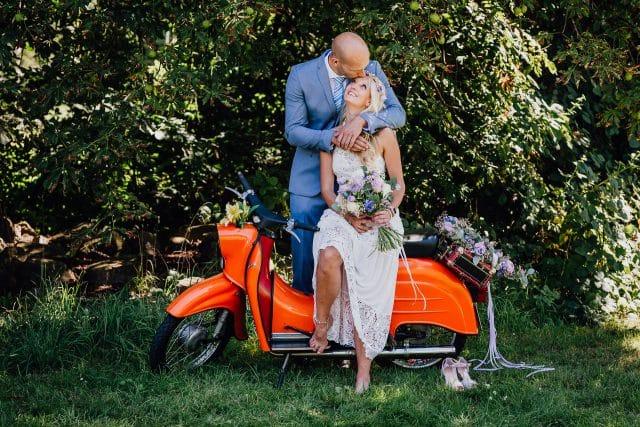 Brautpaar Hippiebraut alte Schwalbe Blumenkranz Blumenstrauß