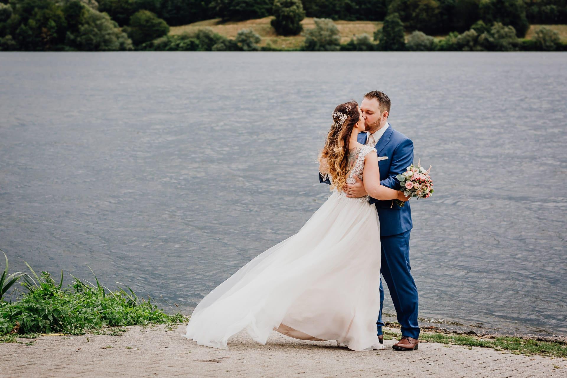 Hochzeitsfotos Brautpaar am Kemnader See Kuss