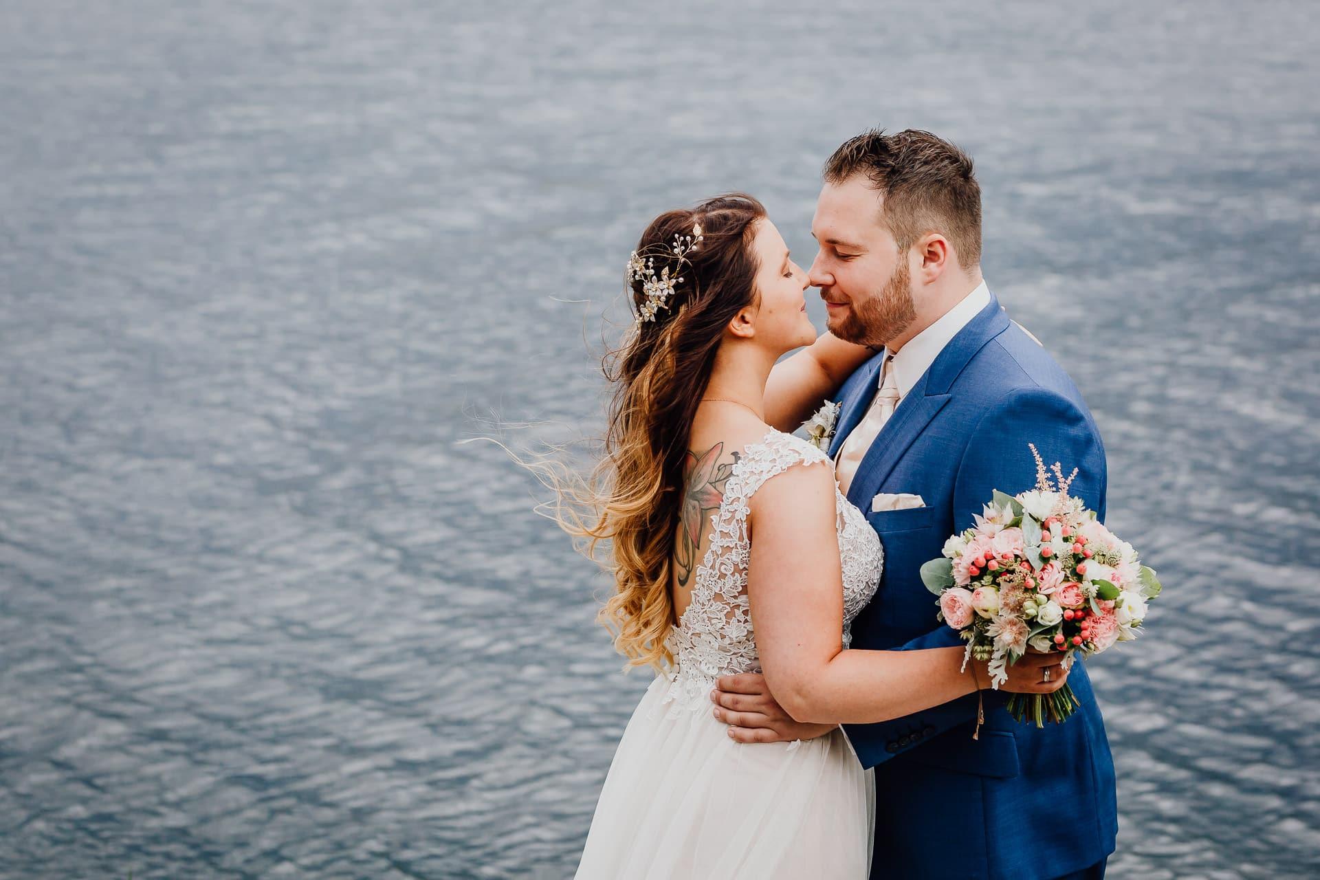 Hochzeitsfotos Brautpaarshooting zärtlich romantisch Brautpaar am Kemnader See